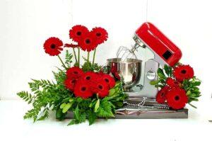 עיצוב לארוסין זר פרחים בשילוב מתנה