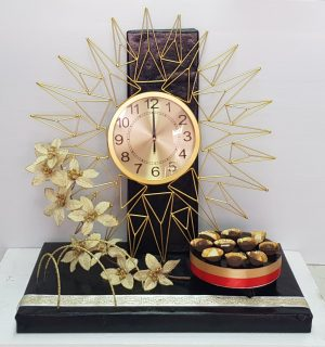 שעון קיר זהב מעוטר בעיצוב מושלם