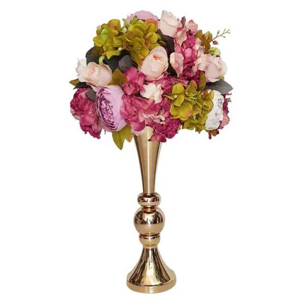 זר פרחים צבעוני בכלי זהב