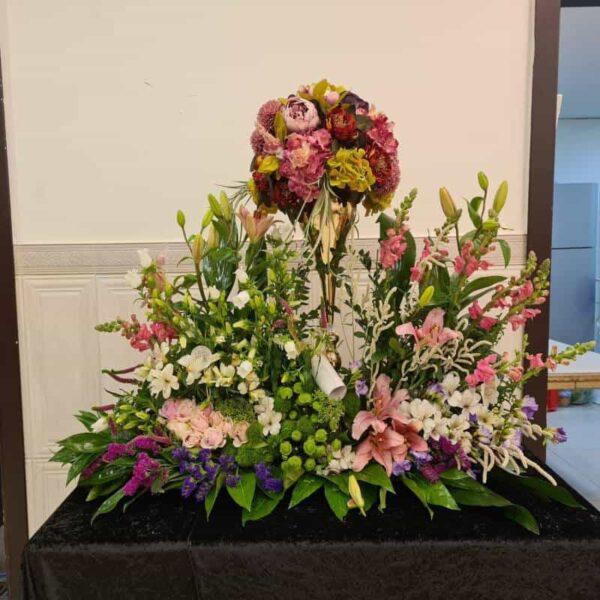 שזירת פרחים לכלה לארוסין שילוב אגרטל פרחי משי